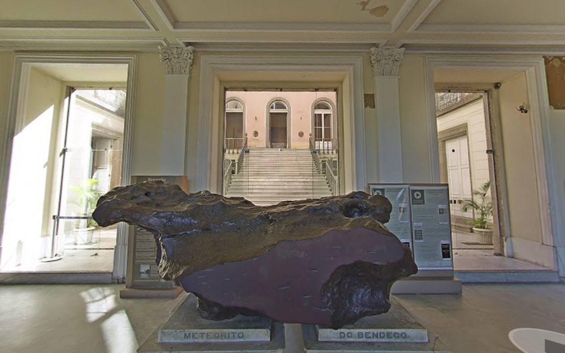 Meteorito do Bendegó como ele era disposto antes do incêndio do Museu Nacional