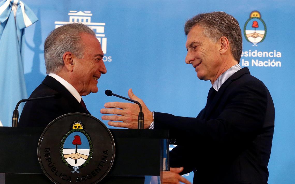 Presidentes do Brasil e da Argentina se abraçam antes de coletiva de imprensa