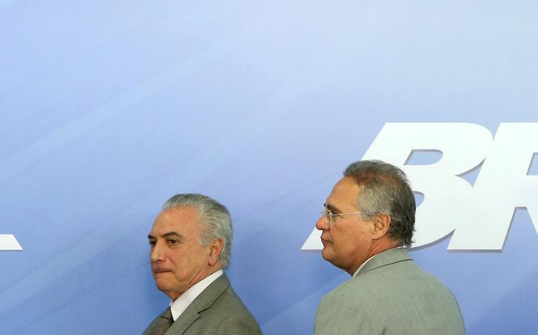 O presidente Michel Temer e o senador Renan Calheiros deixam o local onde anunciaram um plano de estímulo econômico junto ao ministro da Fazenda, Henrique Meirelles
