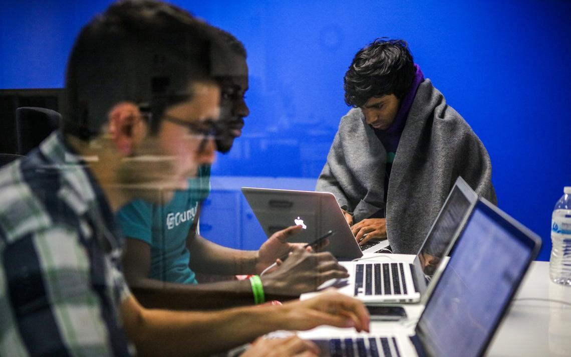 Jovens trabalham em startup em São Francisco, Califórnia