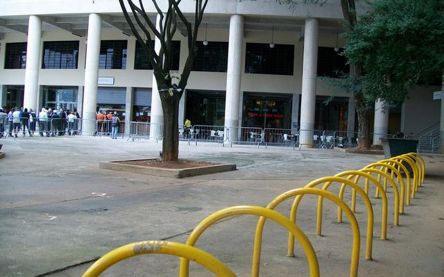Arco de ferro próprio para prender bicicletas em São Paulo