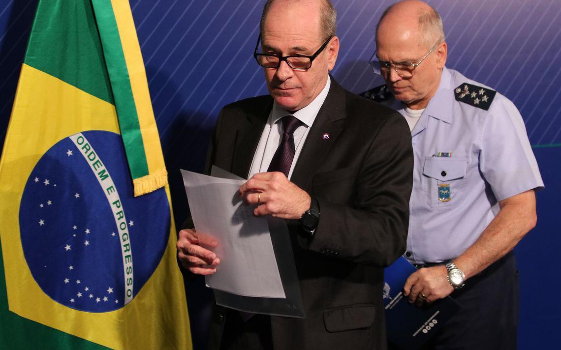 Miinistro da Defesa Fernando Azevedo e Silva dá declaração à imprensa após caso de drogas em avião da Força Aérea Brasileira