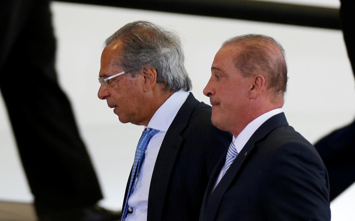 Ministros da Economia, Paulo Guedes, e da Casa Civil, Onyx Lorenzoni, em cerimônia no Palácio do Planalto