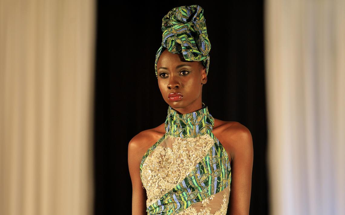 Modelo com roupas de Laurence Chauvin-Buthaud na Semana de Moda do Quênia, em Nairóbi, em 2013