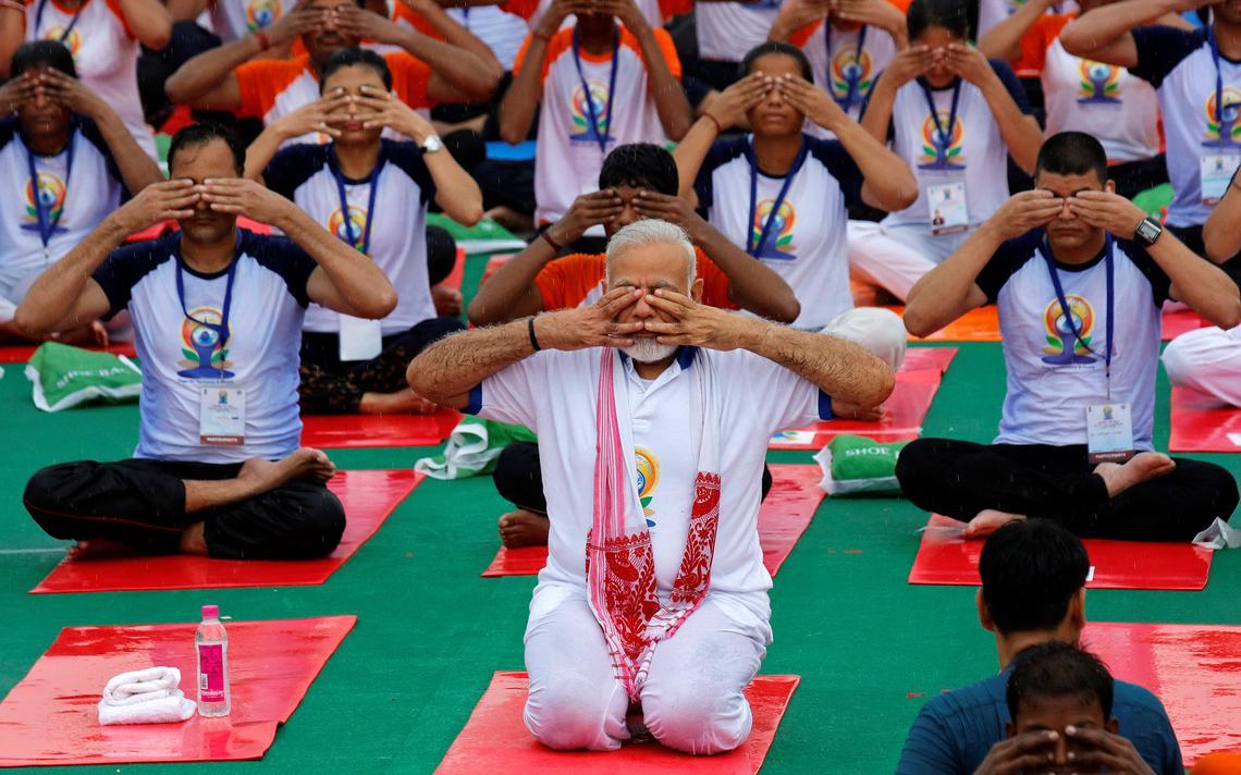 O primeiro-ministro indiano Narendra Modi em prática de ioga