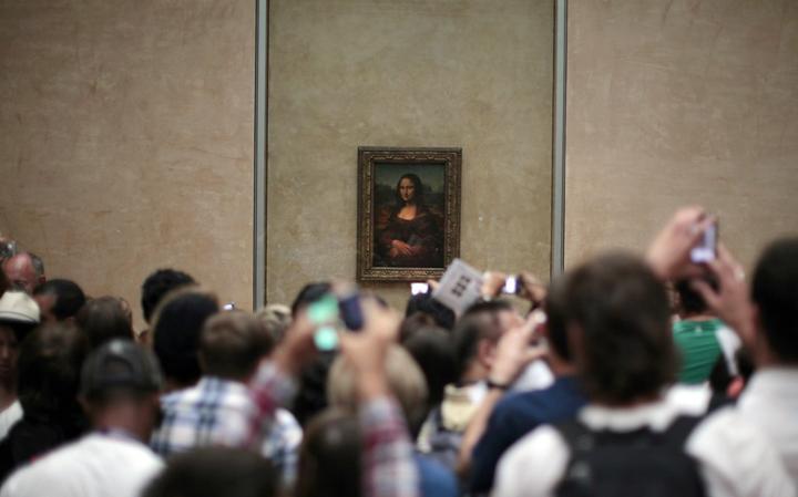 Fila para ver de perto a tela 'Mona Lisa' Museu do Louvre, em Paris