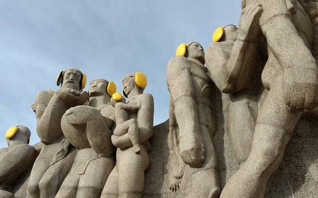 Ação de organização contra poluição sonora colocou protetores de ouvido em personagens de escultura