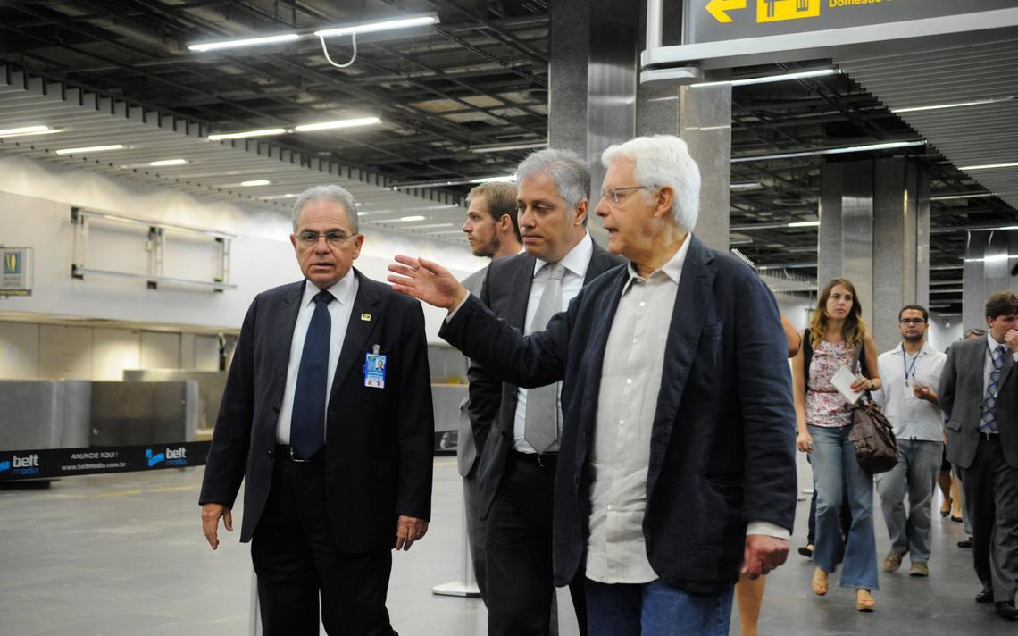 Moreira Franco em visita a aeroporto