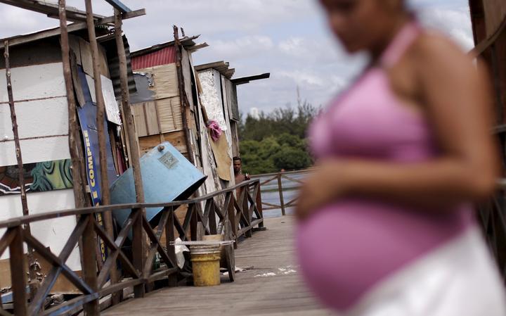 Mulher grávida de oito meses na favela Beco do Sururu, em Recife, em janeiro de 2016