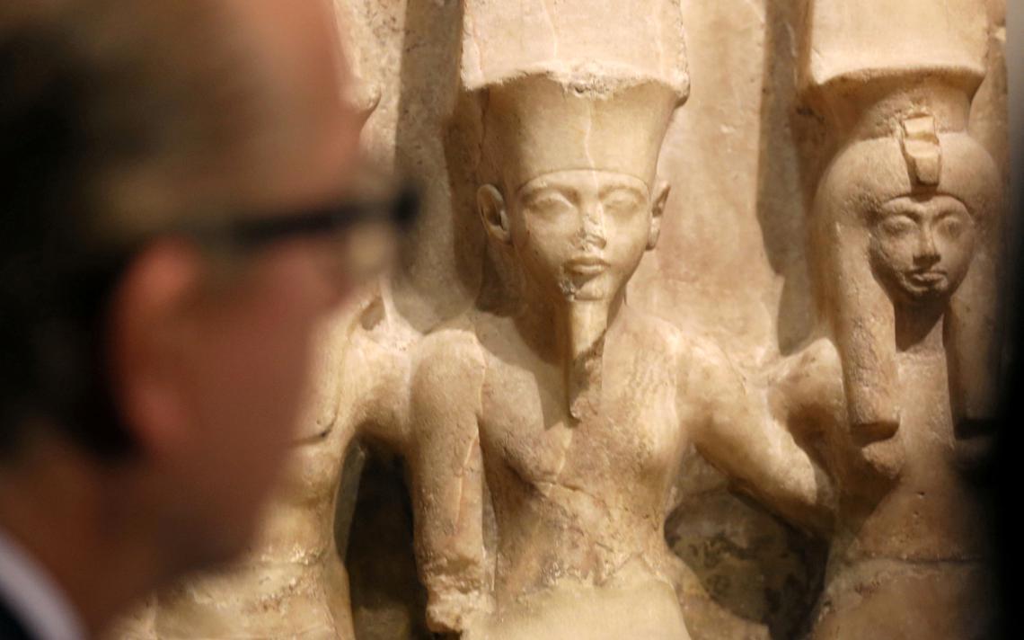 Visitante olha estátua em exposição no Museu Egípcio, no Cairo, em 2017