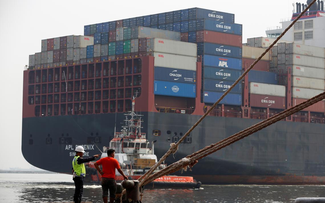 Navio de carga no porto de Tanjung Priok, em Jacarta, Indonésia