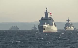 Grupo de quatro navios militares atravessa mar