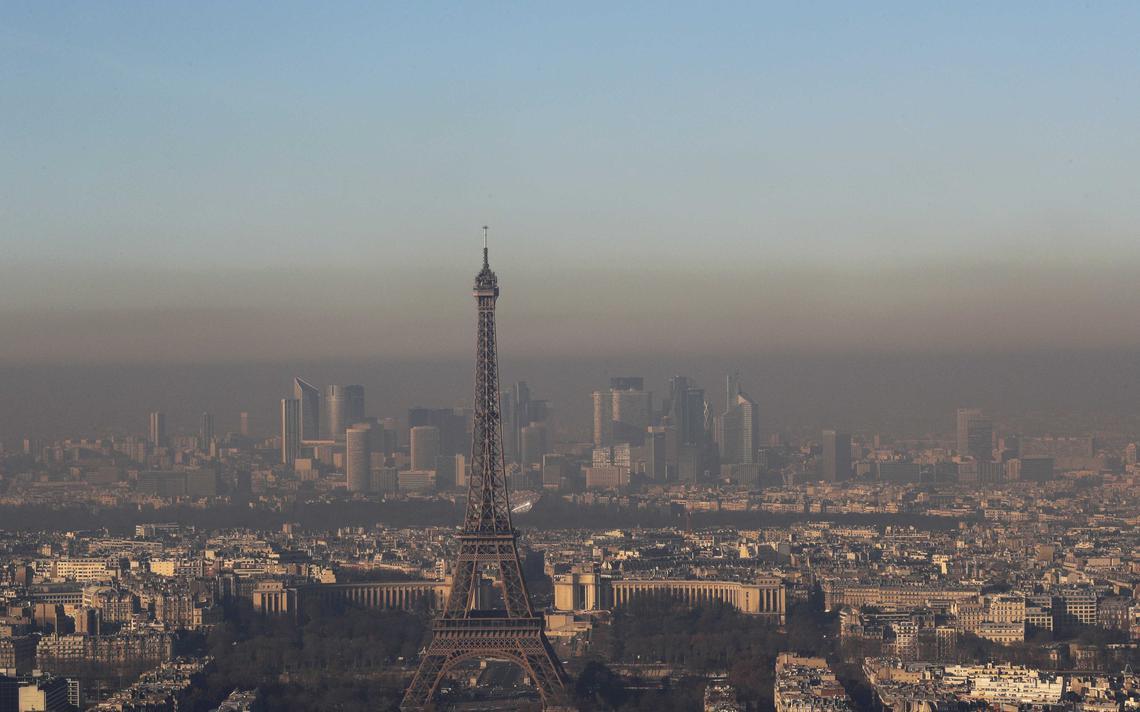 Neblina de sujeira cobre o horizonte de Paris, uma das cidades onde se pretende banir o diesel