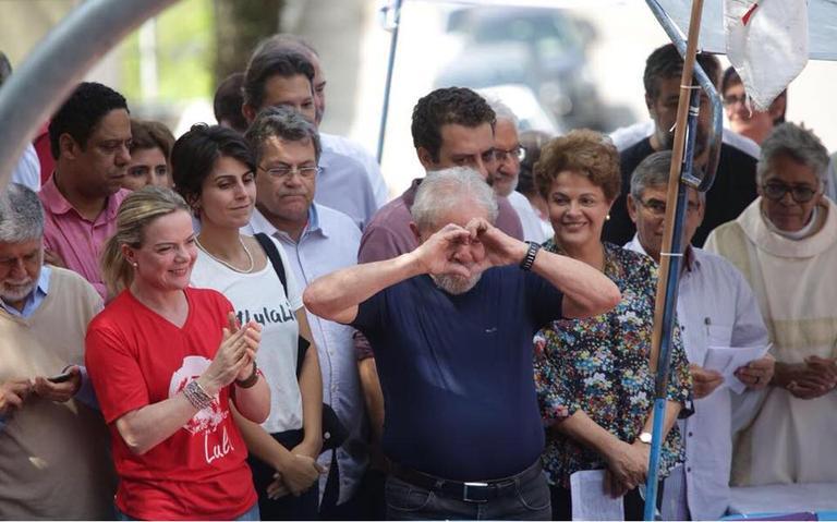 No palco, Lula é ladeado por Dilma Rousseff e Guilherme Boulos, do PSOL, e Manuela D'Ávila, do PCdoB (à esq.)