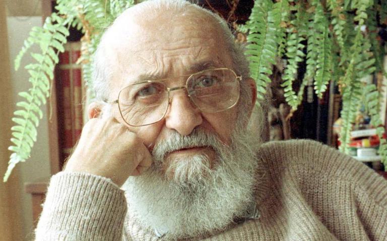 O educador Paulo Freire, criador de um método de alfabetização que estimula alunos a refletirem sobre sua realidade