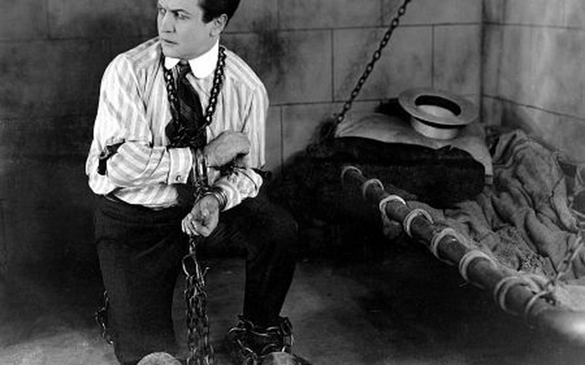 O ilusionista e escapista Harry Houdini, em um de seus números
