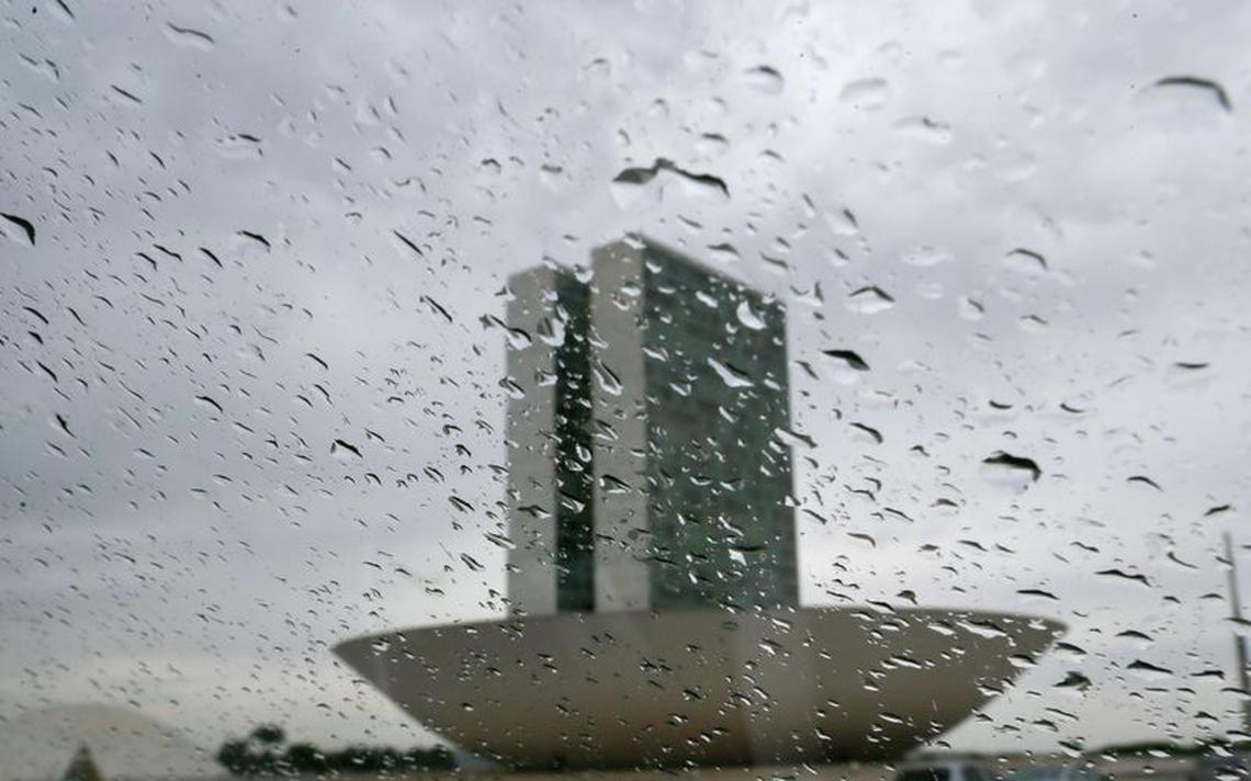 O prédio do Congresso Nacional, em Brasília, sob chuva