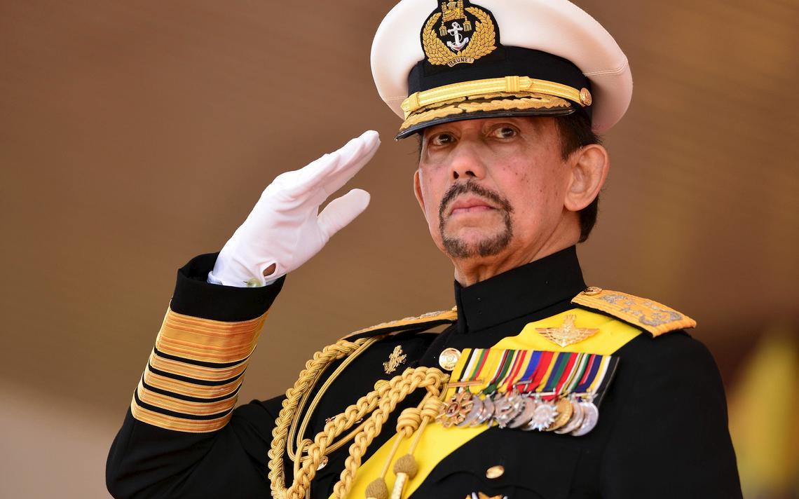 O sultão Hassanal Bolkiah, que concentra funções de chefe de Estado, ministro da Defesa, das Finanças e das Relações Exteriores, chefe das Forças Armadas, da polícia e do islã