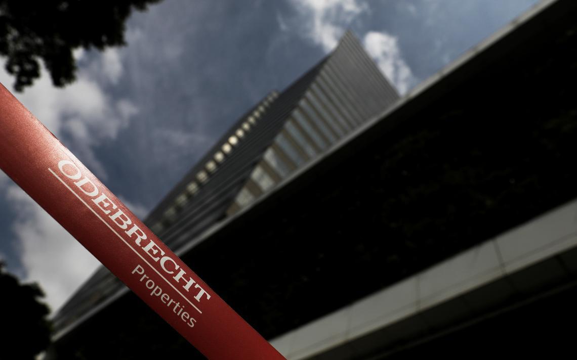 Logo da Odebrecht, em frente à fachada da empresa em São Paulo