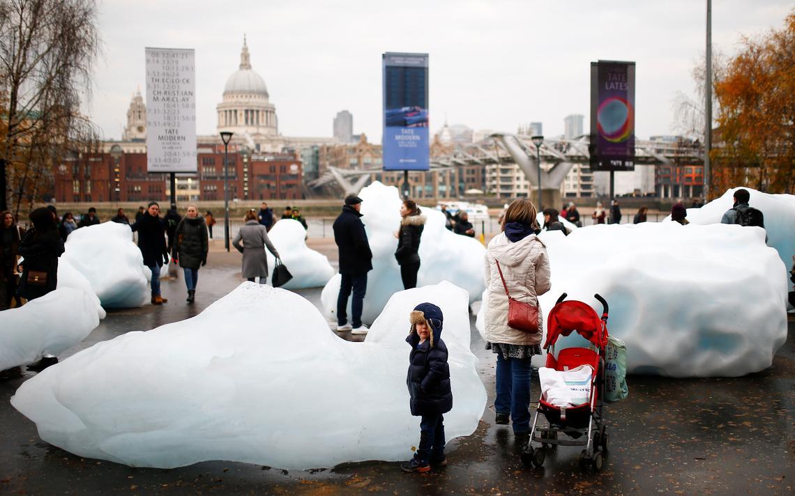 Visitantes próximos à obra Ice Watch, de Olafur Eliasson, no museu Tate Modern, em Londres
