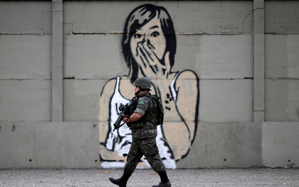Soldado em mural no Rio