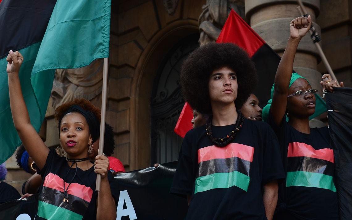 Jovens participam de ato no Dia da Consciência Negra, em São Paulo, em 2016