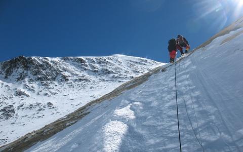 Os dilemas morais de escalar o Monte Everest
