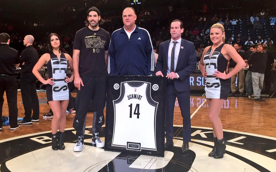 Oscar recebe camiseta com seu nome e seu número, 14, em cerimônia antes do jogo do Brooklyn Nets.