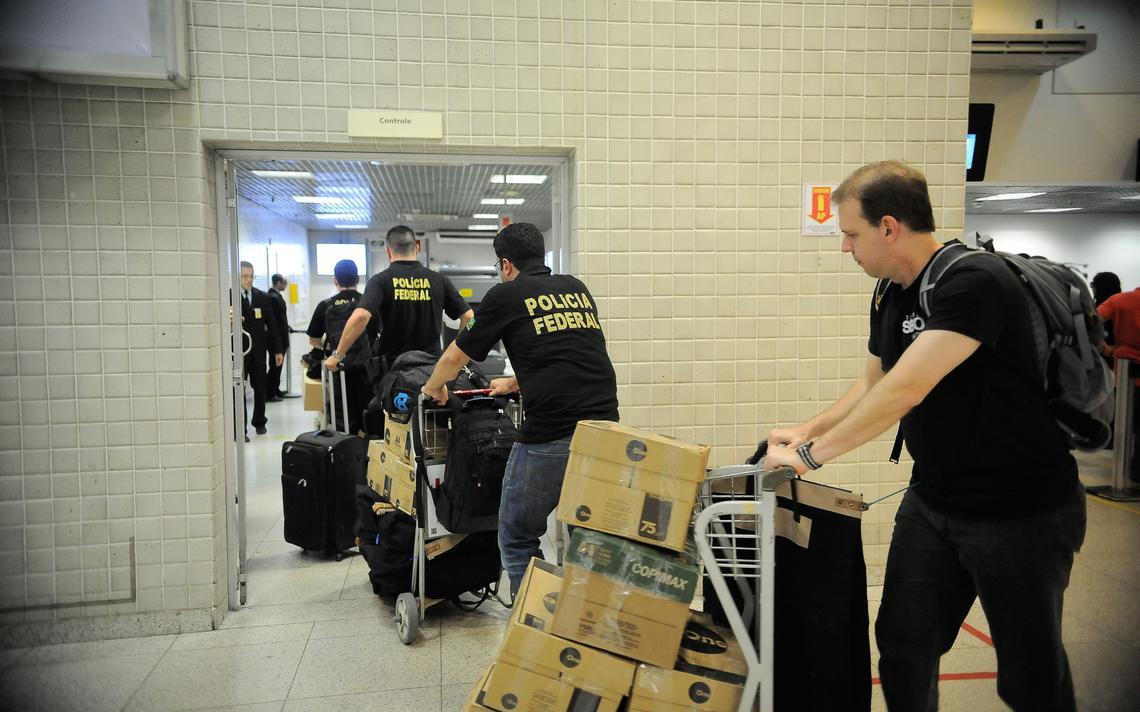 Polícia Federal embarca para Curitiba com materiais apreendidos em operação da Lava Jato