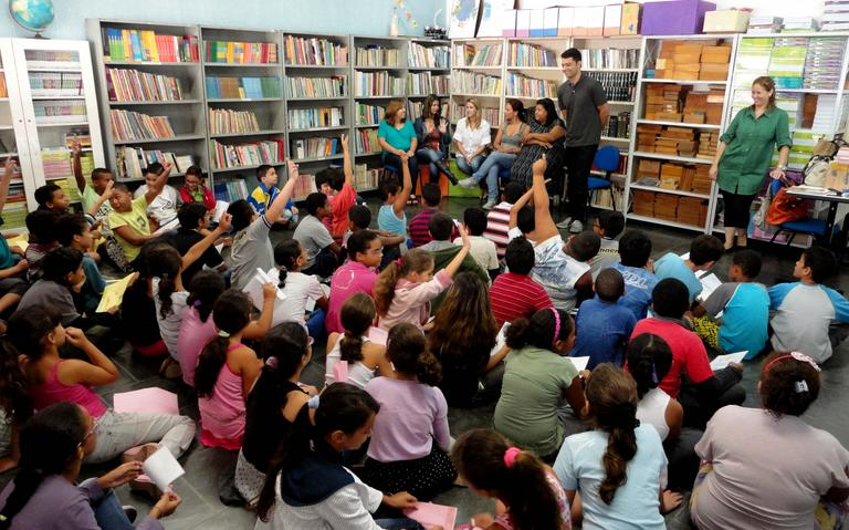 Autor de livros infantis visita escolas municipais (2013)