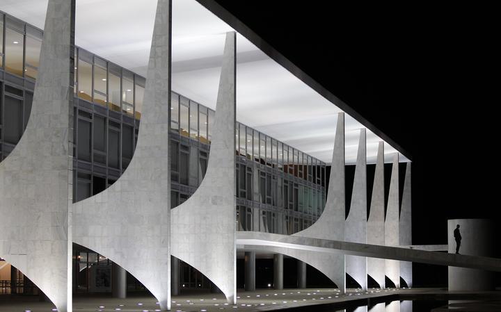 Guarda caminha na rampa do Palácio do Planalto, sede da Presidência da República