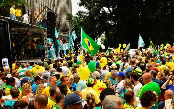 O carro de som que virou palanque de políticos no protesto anti-Dilma. E sem vaias