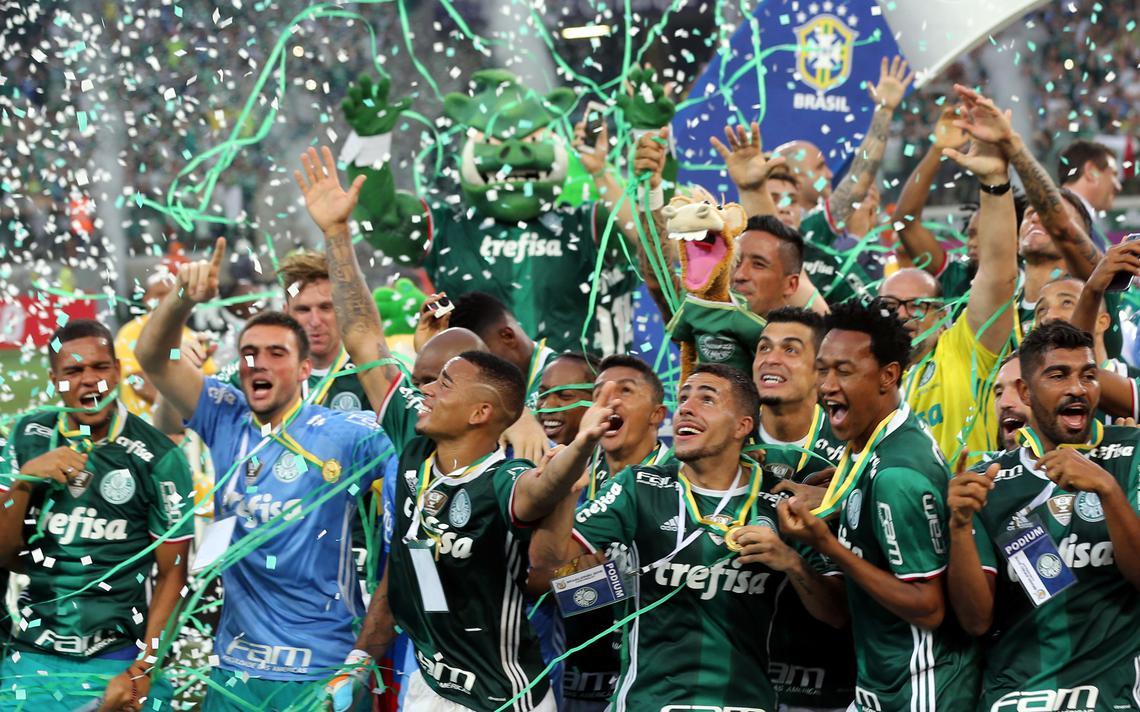 Jogadores comemoram na hora da premiação.
