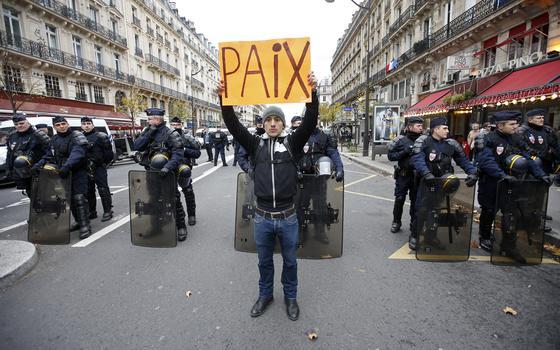 Tradição é assim: nem lei antiterror impede franceses de protestar