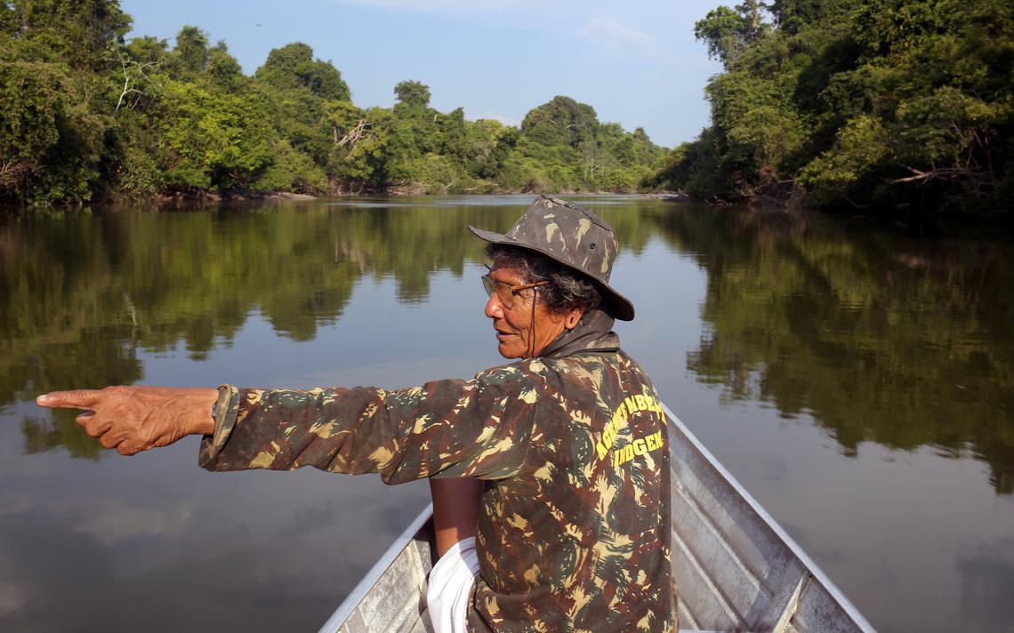 Wakonkra Kayapo, 69, durante patrulha dos Kaiapó contra madeireiros e grileiros em Novo Progresso, no Pará