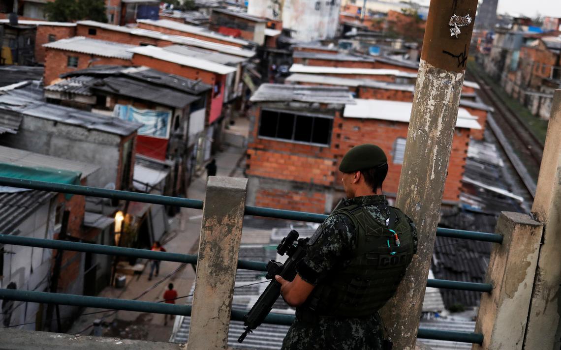 Policial patrulha favela do Moinho em São Paulo