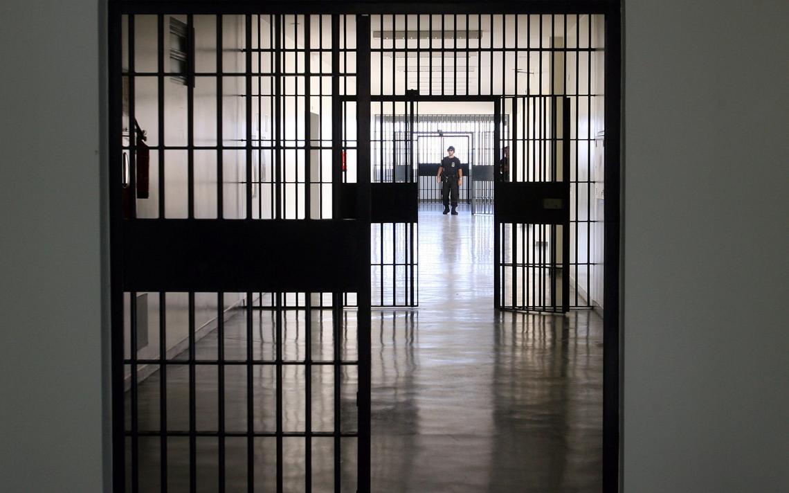 Agente caminha em penitenciária em Catanduva, no Paraná, em 2006