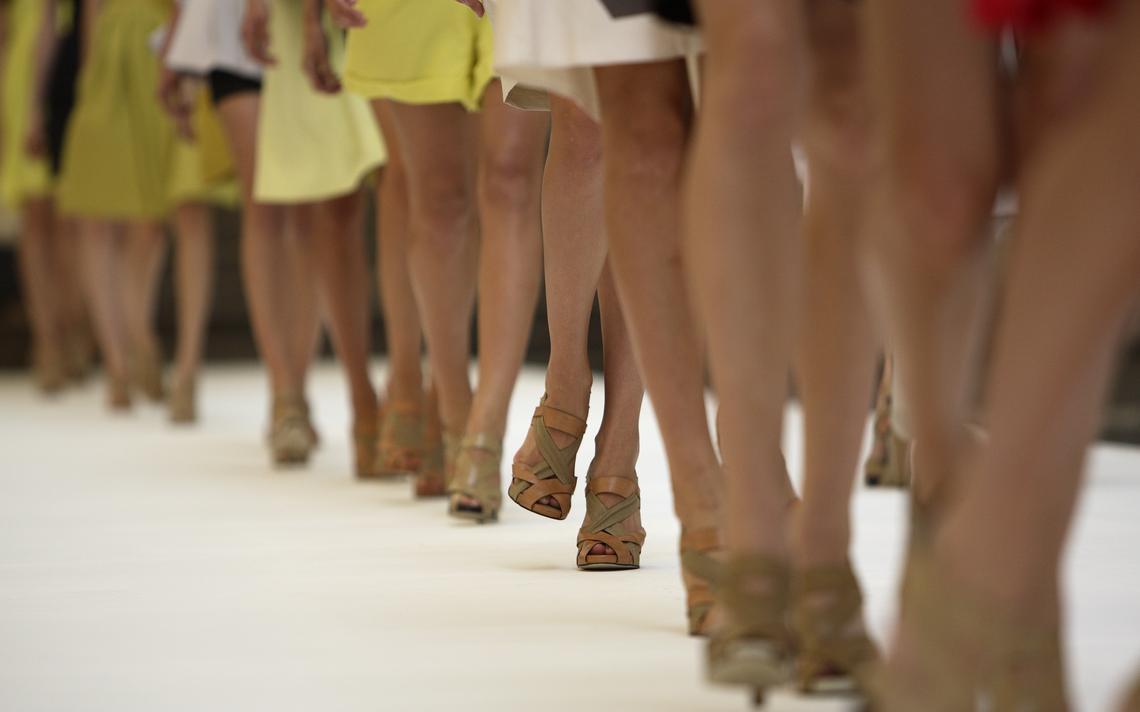 Modelos desfilam durante a London Fashion Week de 2006