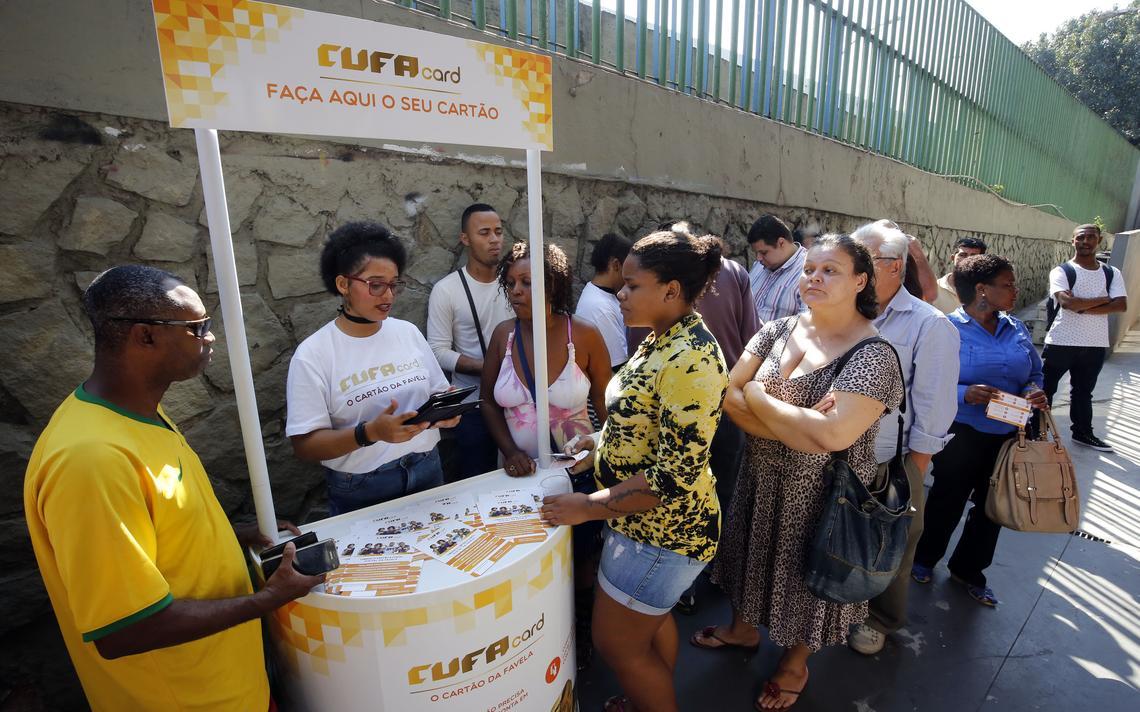 Fila de pessoas para adquirir o Cufa Card após o lançamento, no Rio