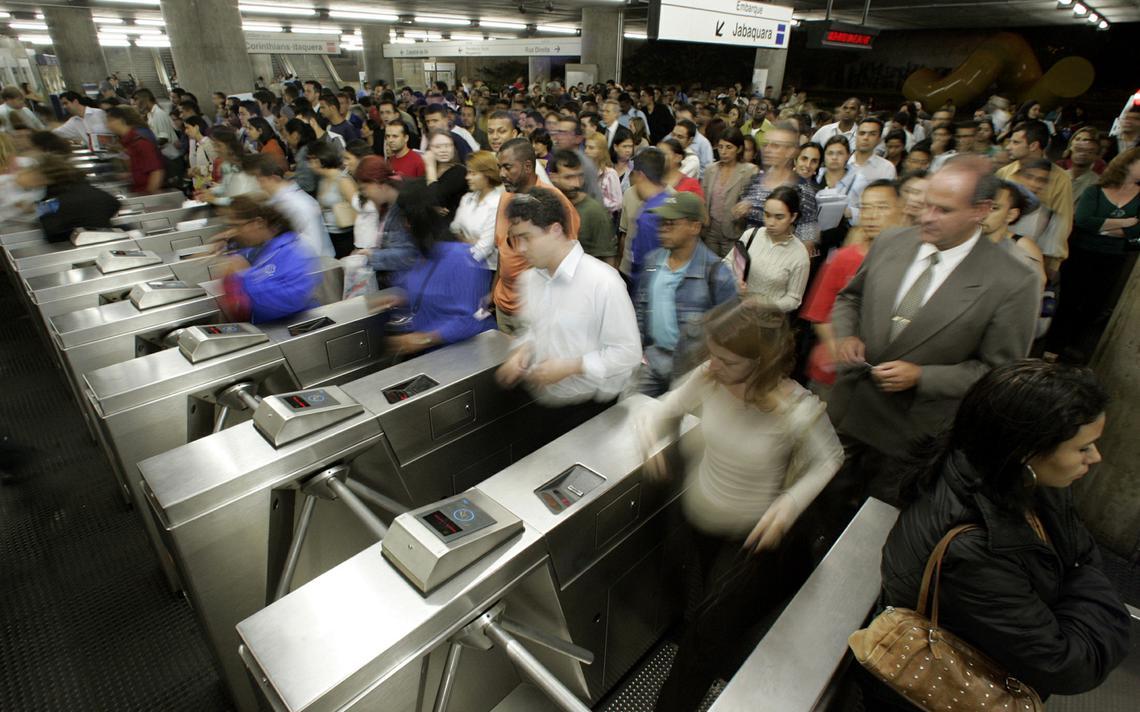 Pessoas usam o metrô no centro de São Paulo, em 2016