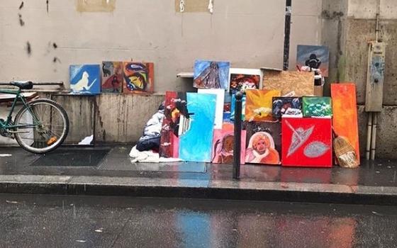 O artista que registra em fotos pinturas que foram parar no lixo
