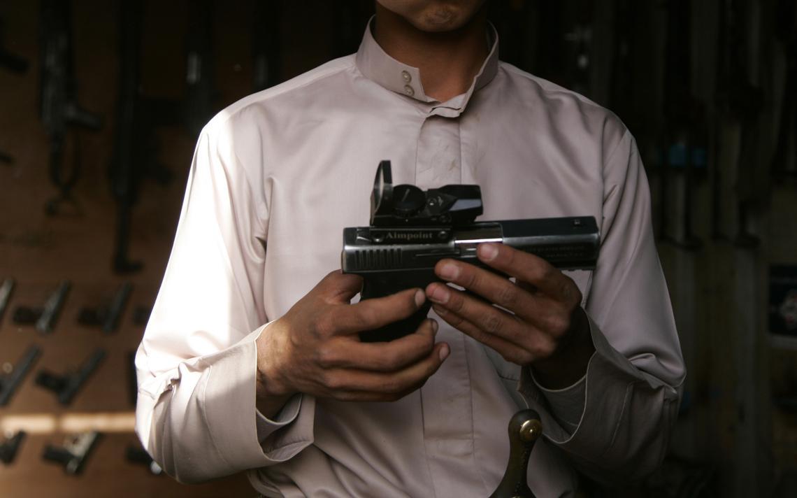Homem segura arma no Iêmen