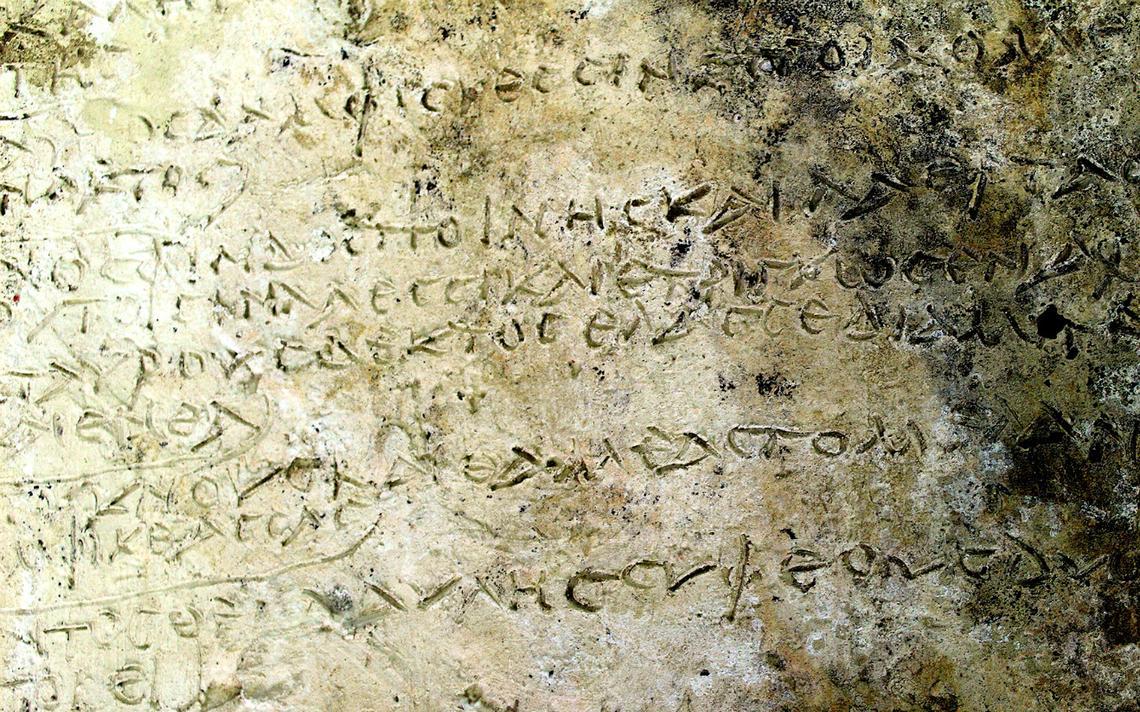 Placa de argila com 13 versos do poema épico 'Odisseia', de Homero
