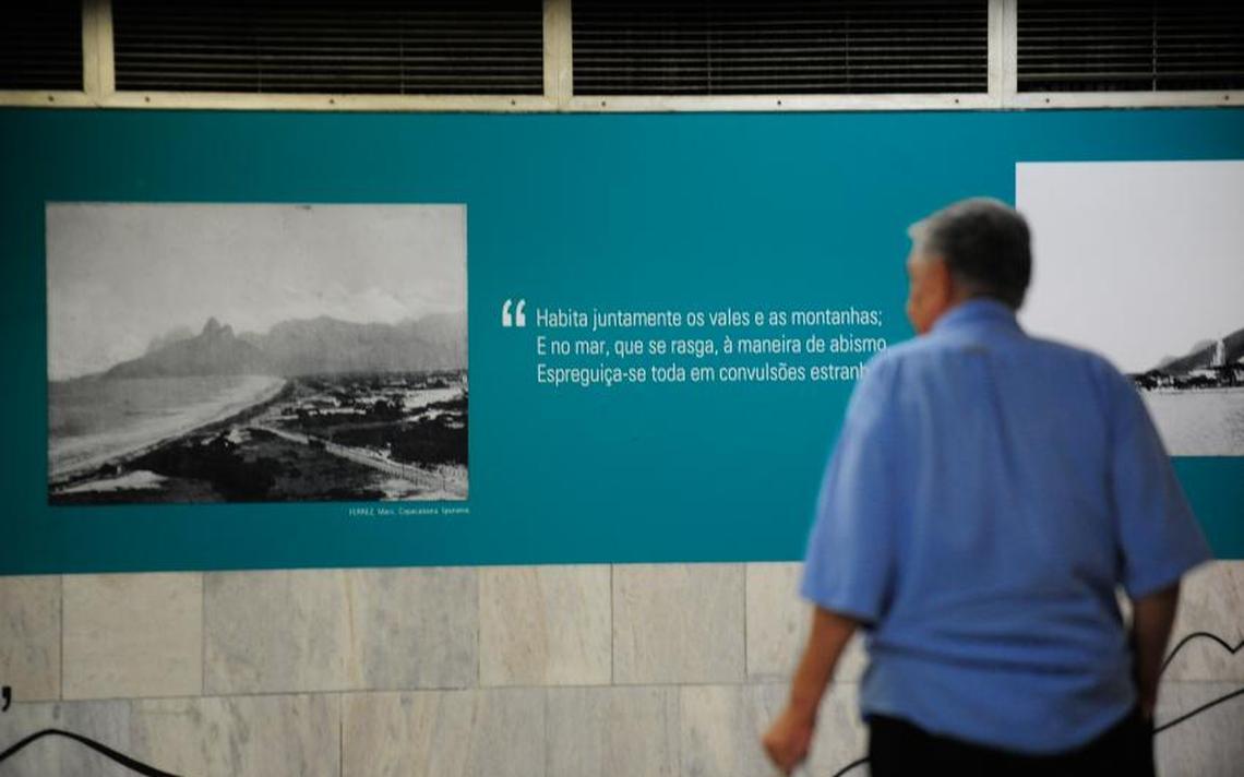 """Poema """"Uma criatura"""", publicado originalmente na Revista Brasileira em 1880 e exposto em uma estação de metrô no Rio de Janeiro em 2015"""