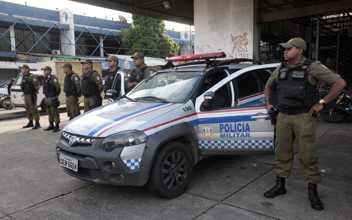 Policiais militares ao lado de viatura usada em policiamento no bairro do Guamá, em 2019