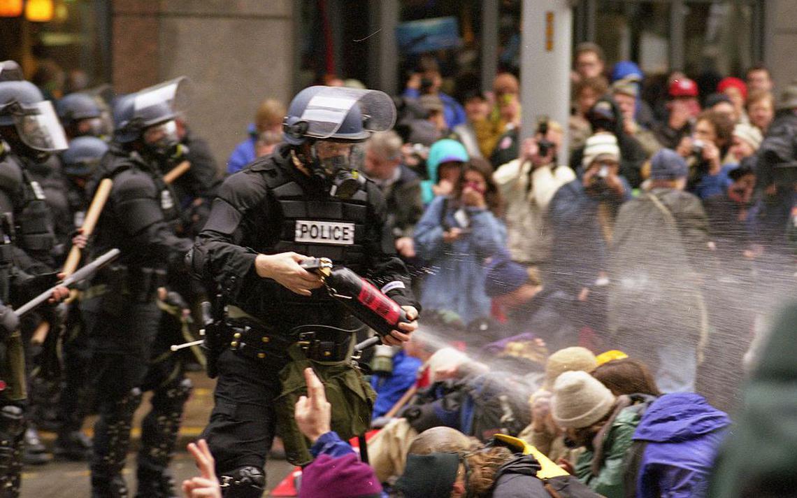 Polícia ataca manifestantes nos protestos de Seattle, em 1999