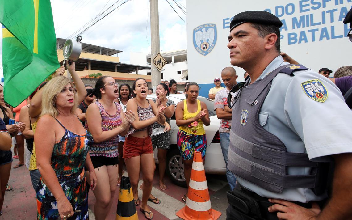 Capixabas se manifestaram em frente ao batalhão da Polícia Militar