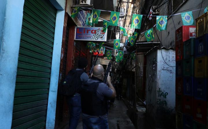 Policiais civis fazem patrulha na comunidade da Rocinha, no Rio, em julho de 2018