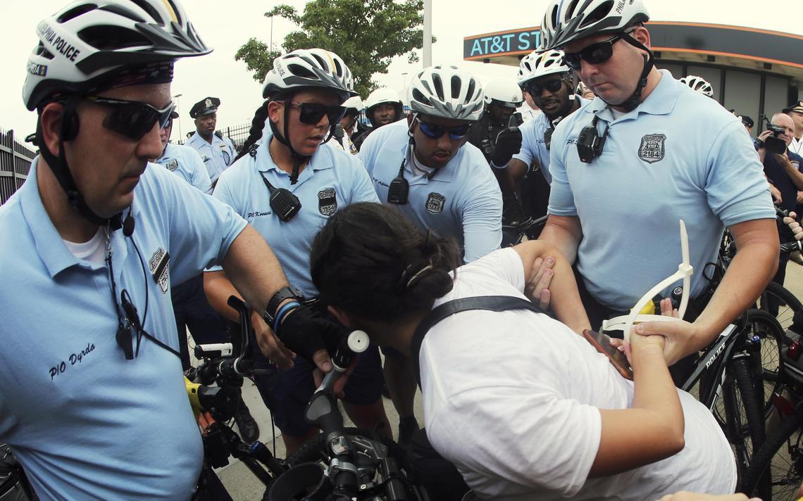 Policiais realizam prisão na Filadélfia