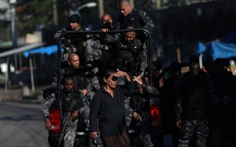 Policiais realizam ação na comunidade Complexo do Alemão, no Rio, em julho de 2018